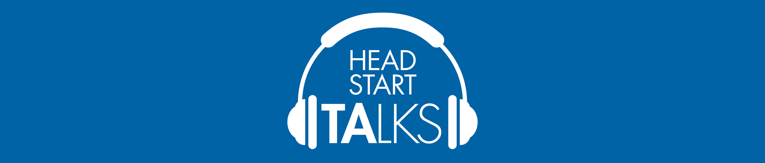 Cintillo azul con Head Start Talks y unos auriculares